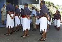 Polisi Fiji Memakai Rok yang Mirip Sarung