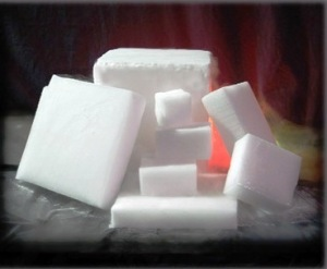 Es kering atau biang es yang merupakan CO<sub>2</sub> padat.