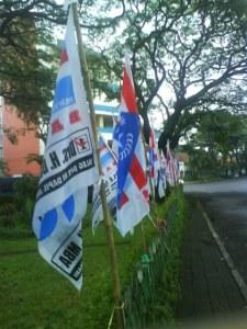 Bendera caleg dan partainya yang lebih banyak tidak berkibarnya di dekat rumah saya. Kalau begini, caleg mana yang memasang bendera ini juga tidak jelas.